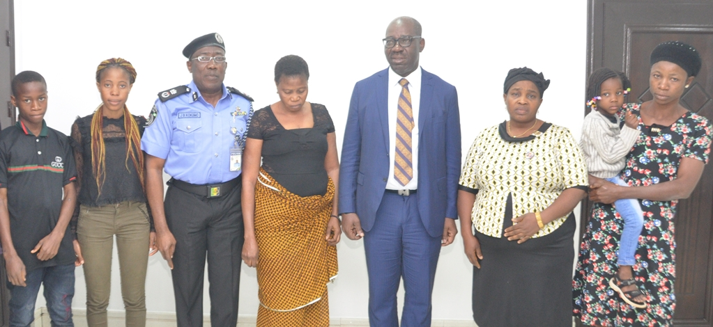 Edo State Governor, Mr. Godwin Obaseki (3rd right); Edo State Commissioner of Police, Mr. Johnson Kokumo (3rd left), with families of police officers killed during last year's kidnap of Mr Andy Ehanire, Manager of Edo Zoological Garden, at Government House, in Benin City, on Friday, August 24, 2018.