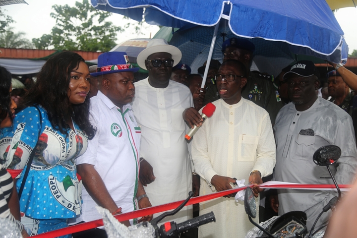 Delta State Governor, Senator Ifeany Okowa (2nd right); Delta State PDP Chairman, Barr. Kingsley Esiso (middle); Speaker, Delta State House of Assembly, Rt. Hon. Sheriff Oborevwori (right); Hon. and Mrs. Evance Ivwurie, during the Empowerment Programme organized by Evance Ivwurie for the People of Ethiope East.
