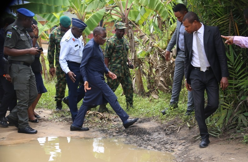 Delta State Governor, Senator Ifeanyi Okowa, on Senators out fit, with Service Chiefs during the Governor's inspection of flooded Oko-Amakom in Oshimili South LGA.