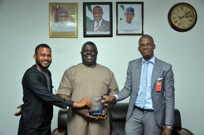 Dr. Alim Abubakre, CEO TEXEM UK(Right) and Ahmed Abdullah (Left) presenting the award to the Director of Petroleum Resources,Mr. Mordecai Danteni Baba Ladan