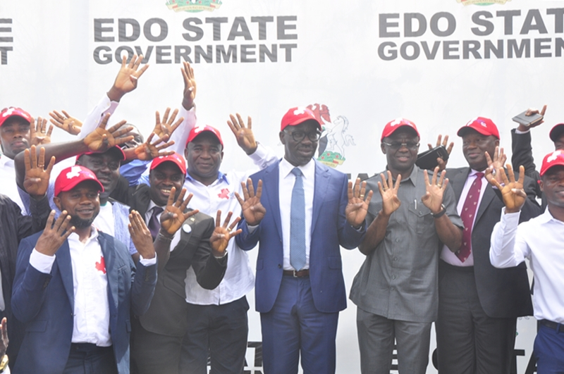 Governor Obaseki doing the 4+4 Sign during a courtesy visit by members of Godwin Obaseki Support Group