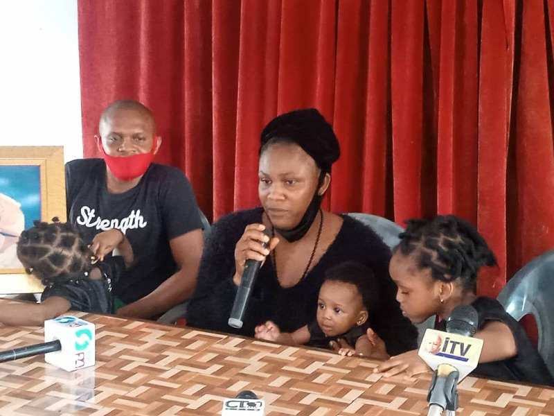 Wife of the deceased Okomu Oil Staff, Mrs Osaiyobomwen Akioyamen with the Children at a Press Conference